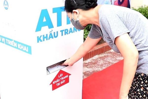 Cây ATM nghĩa tình trên phố tặng khẩu trang cho người nghèo vùng dịch
