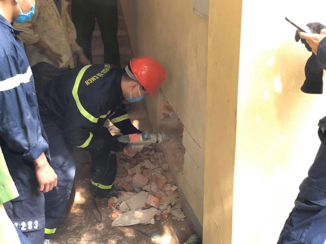 Giải cứu người đàn ông mắc kẹt suốt đêm giữa vách tường