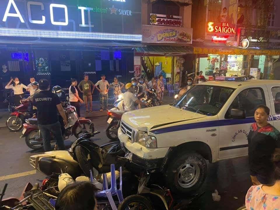 Xe công an phường gây tai nạn liên hoàn trên phố đi bộ Bùi Viện