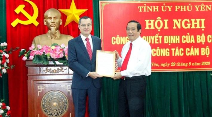 Công bố quyết định của Bộ Chính trị về công tác cán bộ