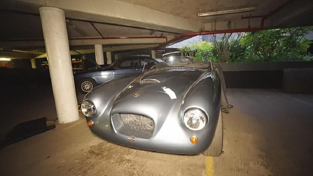 Bộ sưu tập xe triệu đô nằm phủ bụi trong tòa nhà hoang ở Anh