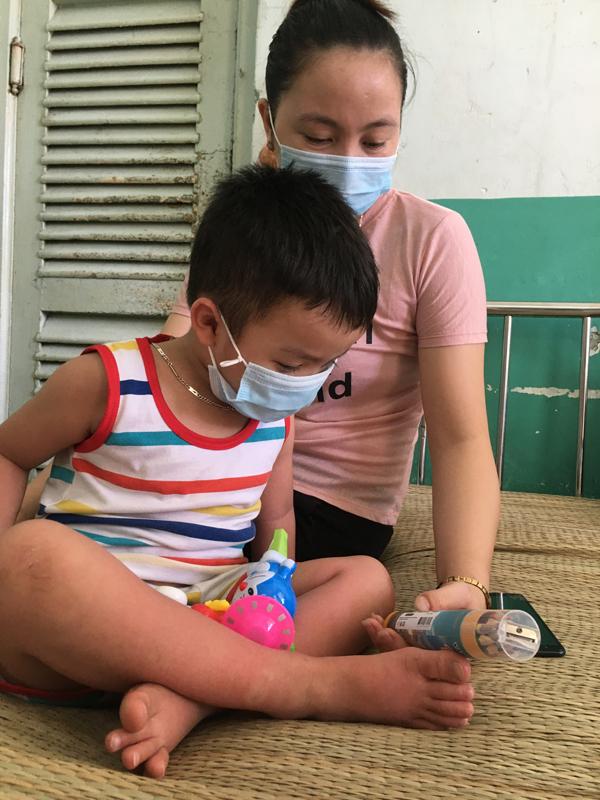 Chần chừ đến viện vì dịch Covid-19, nhiều trẻ trở nặng vì sốt xuất huyết