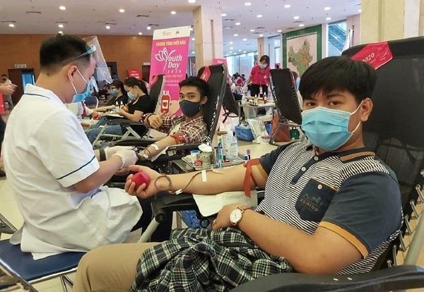 Cứu các kho máu cạn kiệt, người dân Hà Nội hồ hởi đi hiến máu