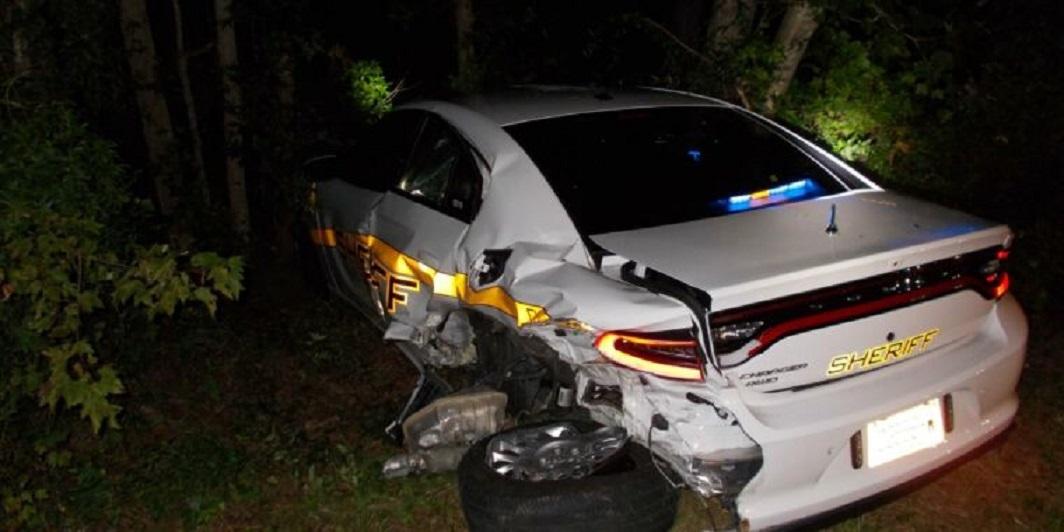 Tài xế xe Tesla Model S đâm nát xe cảnh sát vì tin tưởng tính năng tự lái