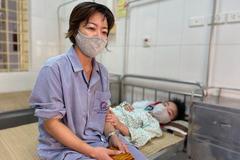 Bỏ qua 2 triệu chứng, 3 mẹ con ở Hà Nội nhập viện vì sốt xuất huyết