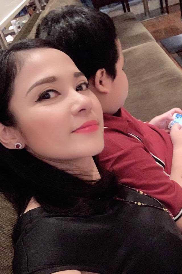 Việt Trinh tuổi 48 vẫn độc thân, sống hạnh phúc bên con trai