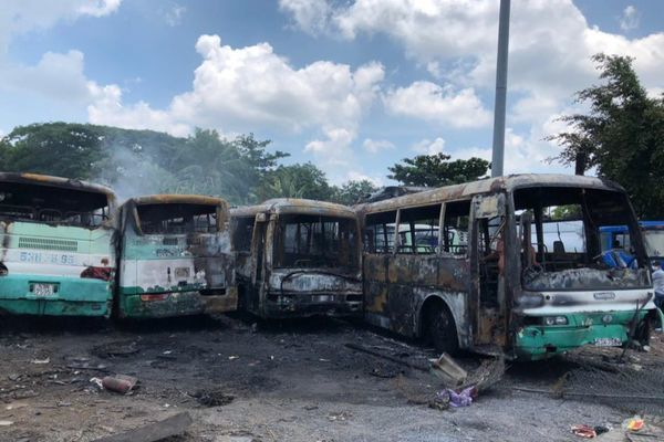 Cột khói bốc ngùn ngụt từ bãi giữ xe ở Sài Gòn, nhiều ô tô trơ khung