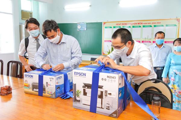 Epson Việt Nam tặng 100 phần quà cho học sinh vượt khó