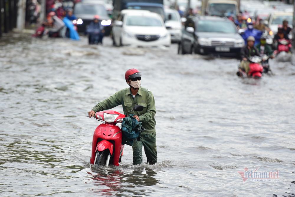 Sài Gòn lại ngập sau cơn mưa kéo dài hơn 60 phút