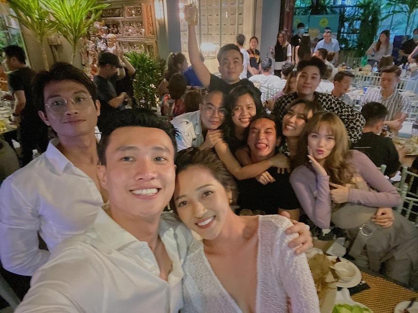 Mai Phương Thúy, Noo Phước Thịnh tươi vui bên nhóm bạn thân