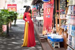 Doanh nhân Trần Huyền Nhung duyên dáng trong tà áo dài cờ đỏ sao vàng