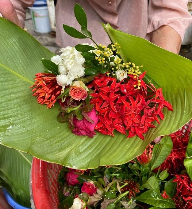 Cụ bà phố cổ Hà Nội và 70 năm gắn bó với nghề hoa lễ