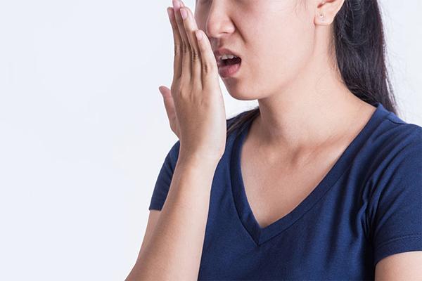 Hơi thở có mùi hôi, phiền toái và cảnh báo nhiều bệnh
