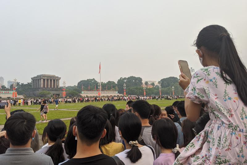 Người dân về lăng Bác xem lễ chào cờ ngày 2/9