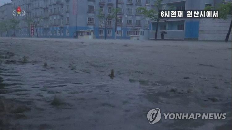 Bão Maysak vùi dập bán đảo Triều Tiên, tàu lớn mất tích