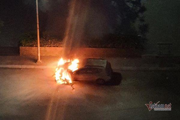 Hà Nội: Xe đậu trong khu chung cư phát nổ rồi bốc cháy dữ dội