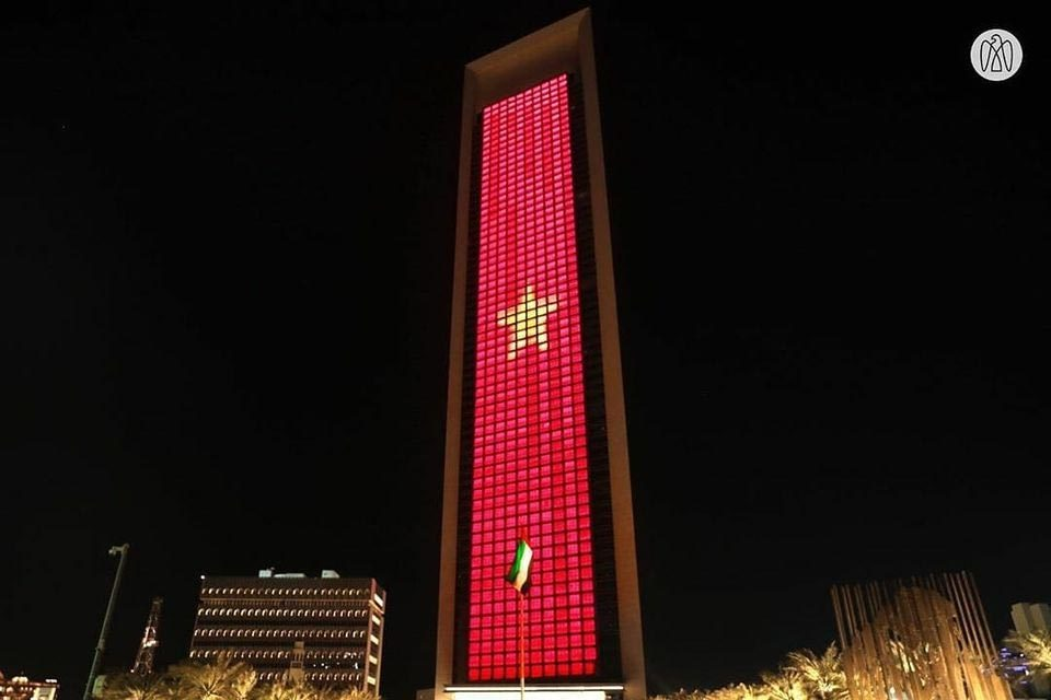 Quốc kỳ Việt Nam rực sáng trên tòa tháp cao nhất thế giới