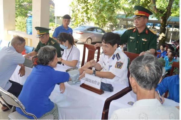 Cảnh sát biển khám bệnh cho đồng bào công giáo huyện Lộc Hà