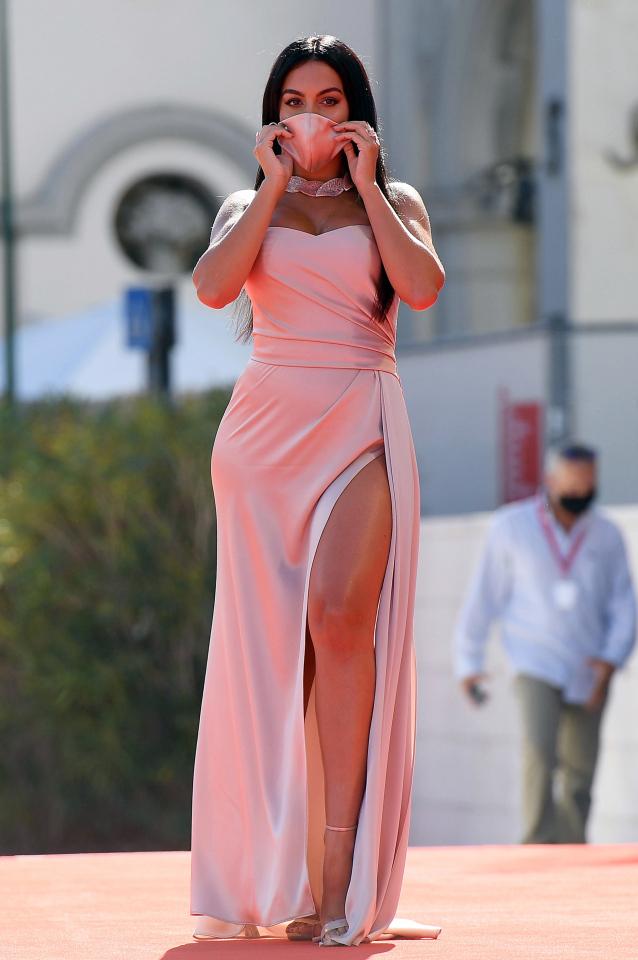 Bồ xinh Ronaldo khoe váy hồng gợi cảm trên thảm đỏ