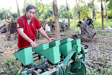 Kỹ sư làng sáng chế hàng loạt máy nông nghiệp khiến nông dân làm ruộng nhàn tênh