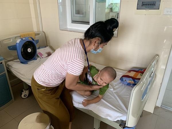 Vừa ung thư võng mạc, bé trai 2 tuổi lại phát hiện bị máu khó đông