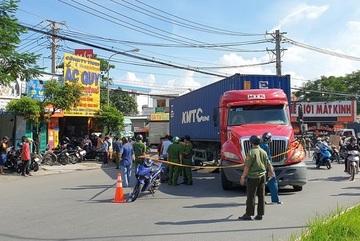 Xe container ôm cua cán chết 2 người phụ nữ đi xe máy ở Bình Dương