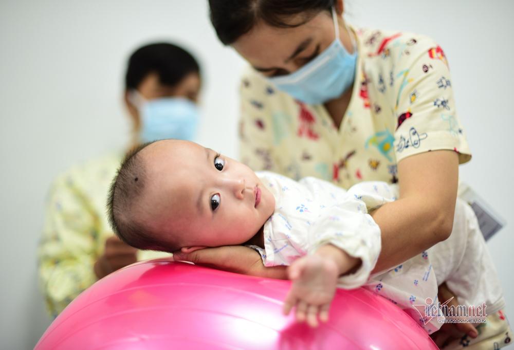 Hai bé Trúc Nhi và Diệu Nhi tập đi sau 50 ngày phẫu thuật