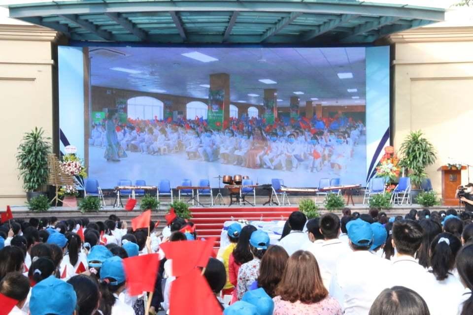 Khai giảng đeo khẩu trang, ngồi giãn cách, xem qua màn hình ở Hà Nội
