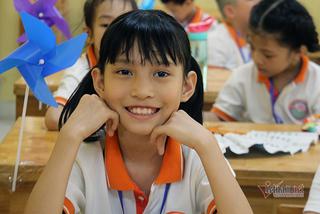 Lễ khai giảng đầu tiên của cô bé 10 tuổi chưa một ngày đến trường