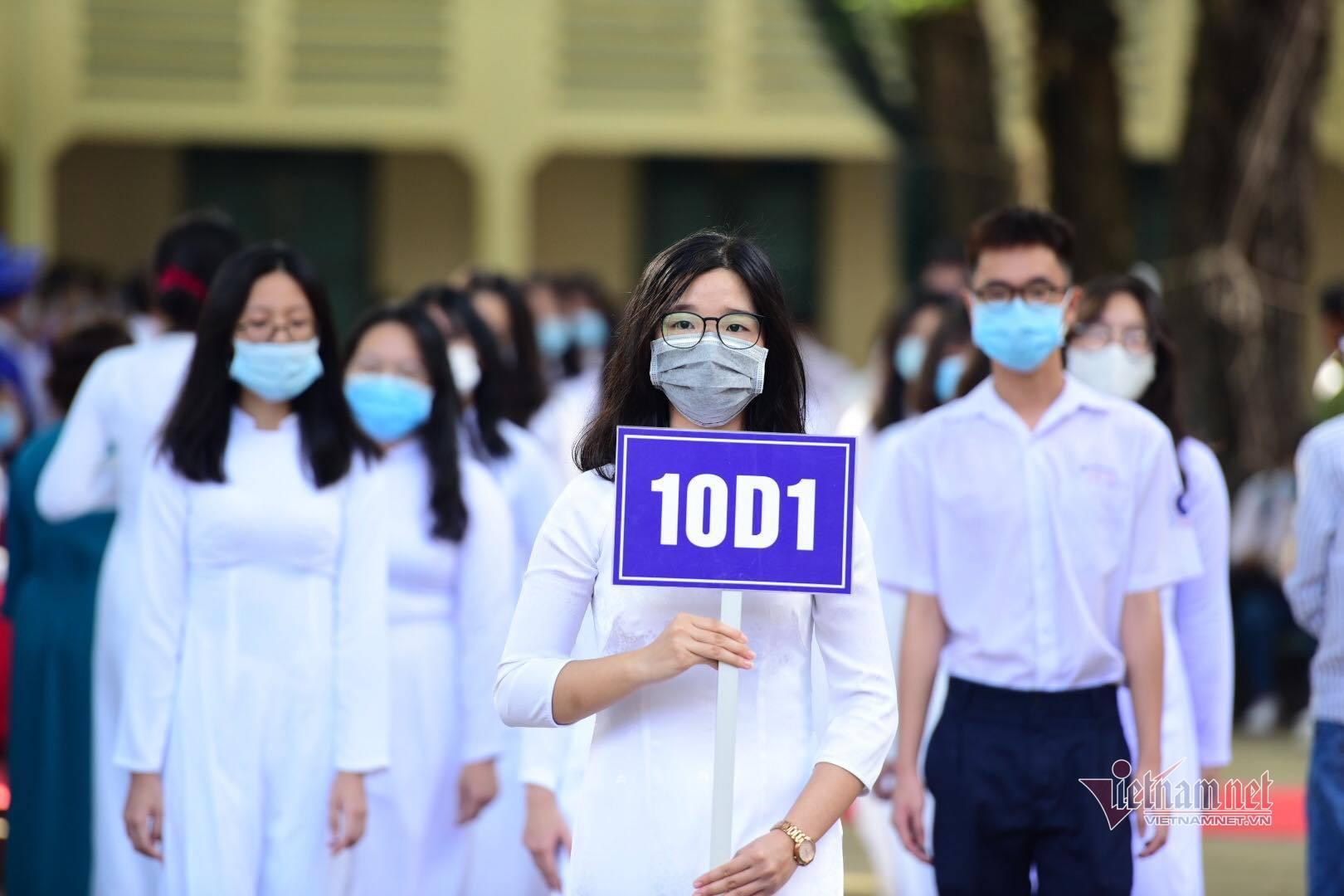 Tỉ lệ 'chọi' lớp 10 tích hợp thấp kỷ lục, phụ huynh Sài Gòn dao động