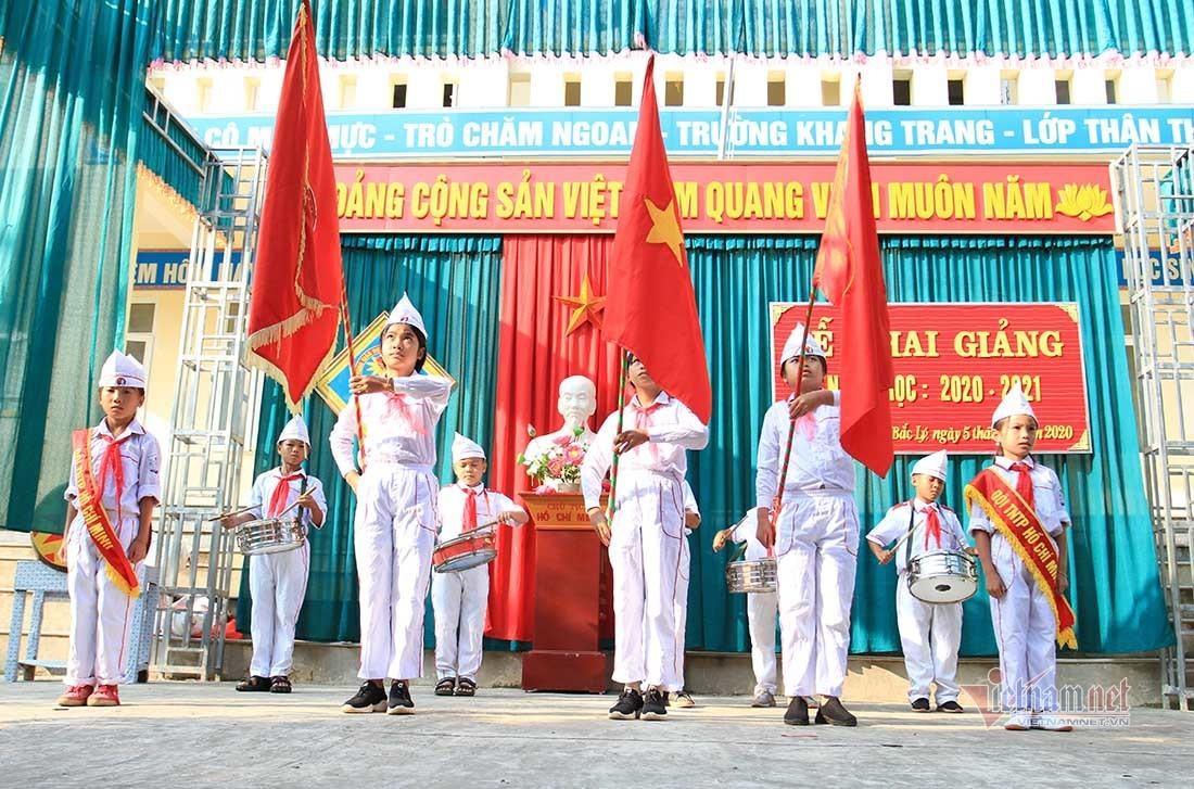 Cô giáo đi gần 2 tiếng đến lễ khai giảng nơi biên giới Việt - Lào