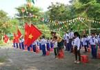 Cô giáo đi gần 2 tiếng đến lễ khai giảng nơi biên giới nghèo nhất Nghệ An