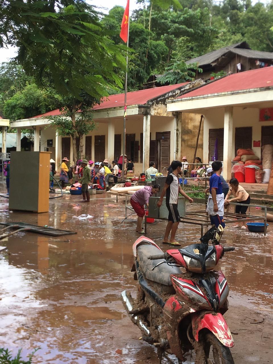 Ngày khai giảng ở ngôi trường tan hoang sau cơn lũ dữ