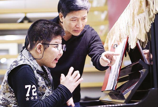 Diễn viên Quốc Tuấn: 'Tôi bị fan cuồng cắn vào vai đau nhức 3 ngày'