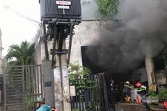 Kho phụ tùng ở Sài Gòn chìm trong biển lửa, khói đen bao trùm