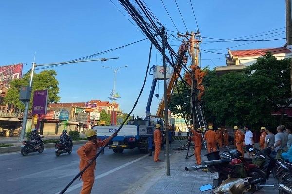 Xế hộp đâm gãy cột điện, nghìn dân ở Quảng Bình mất điện suốt đêm