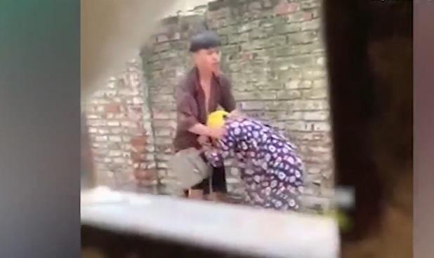 Clip cô gái trẻ bị bắt cóc, ném người yêu vào thùng rác nóng nhất MXH