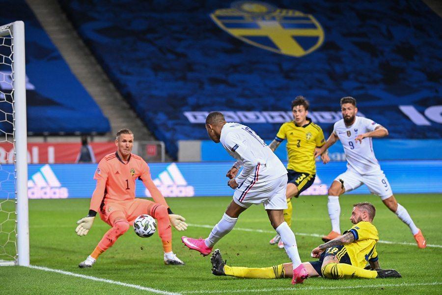 Griezmann hỏng 11m, Pháp hạ Thụy Điển nhờ Mbappe