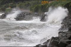 Siêu bão Haishen tấn công Nhật, lật tung nhiều mái nhà