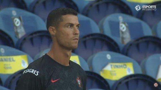 Ronaldo bị nhắc nhở đeo khẩu trang khi lỡ hẹn bàn thắng 100
