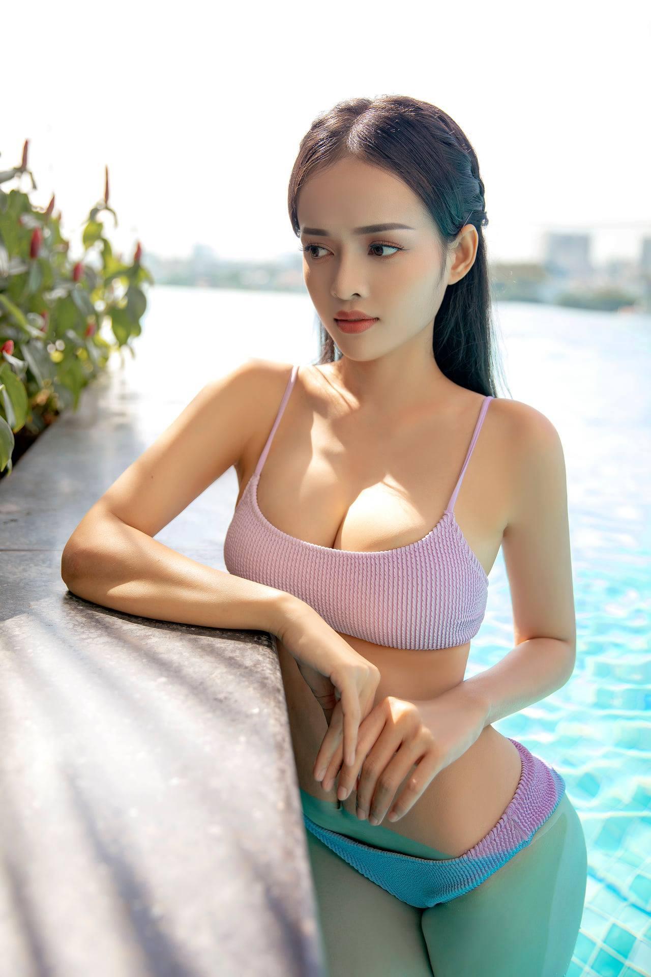 MC Thanh Trúc gợi cảm bên bể bơi