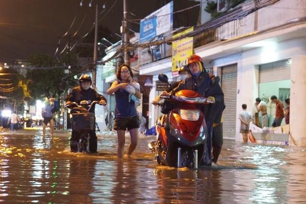 Mưa lớn từ chiều đến tối, Sài Gòn ngập lụt khắp nơi