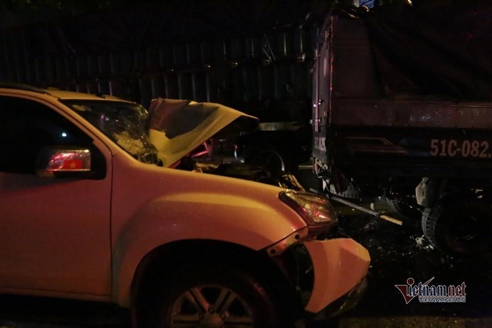 Ô tô 7 chỗ tông loạt phương tiện dừng đèn đỏ ở Sài Gòn