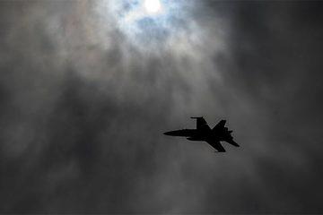 Ngoạn mục cảnh chiến cơ Mỹ tiếp nhiên liệu giữa đêm giông bão