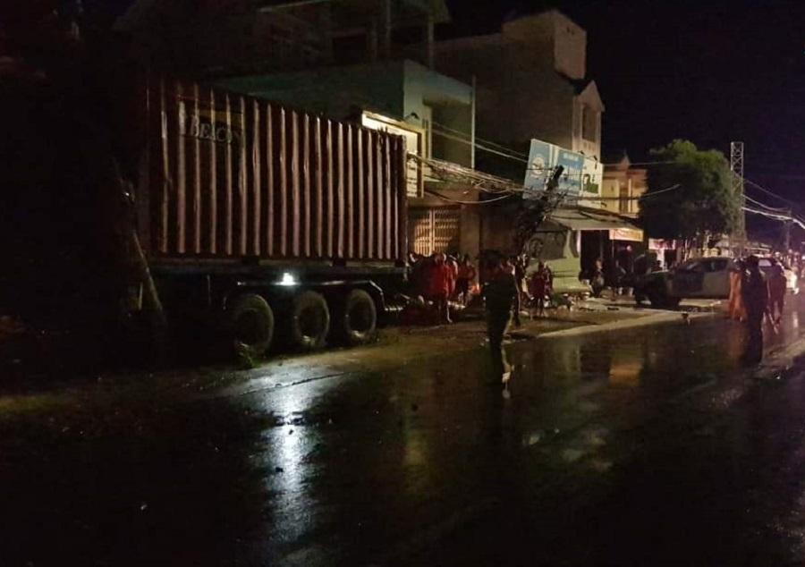 Container tông loạt ô tô, xe máy, lao lên 'cày' nát nhà ven đường