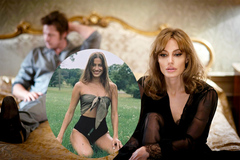 Bạn gái Brad Pitt đăng ảnh gợi cảm 'trêu tức' Angelina Jolie