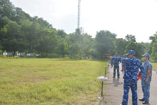 Bộ Tư lệnh Vùng CSB 1 kiểm tra bắn đạn thật súng ngắn K54 và súng tiểu liên AK