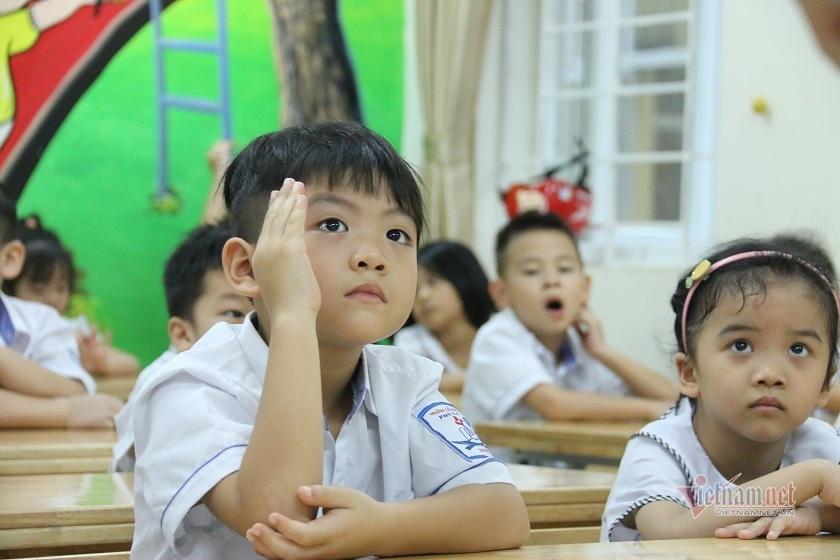 Học sinh lớp 1 trong buổi học đầu tiên theo chương trình phổ thông mới