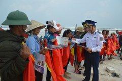 Vùng Cảnh sát biển 2 tặng xã Tam Quang máy chiếu để nâng cao công tác tuyên truyền, phổ biến pháp luật