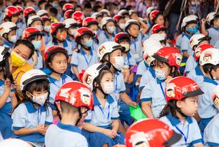 Gần 6 triệu học sinh lớp Một nhận mũ bảo hiểm HVN